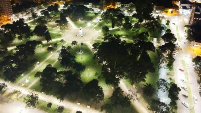 La plaza San Martín de Venado fue la primera en ser remodelada con luces led. El martes fue el turno de la Jorge Newbery.