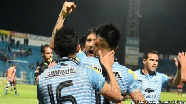 Goleador. Castillejos (casi tapado) anotó el primer gol de los jujeños ante Chacarita.