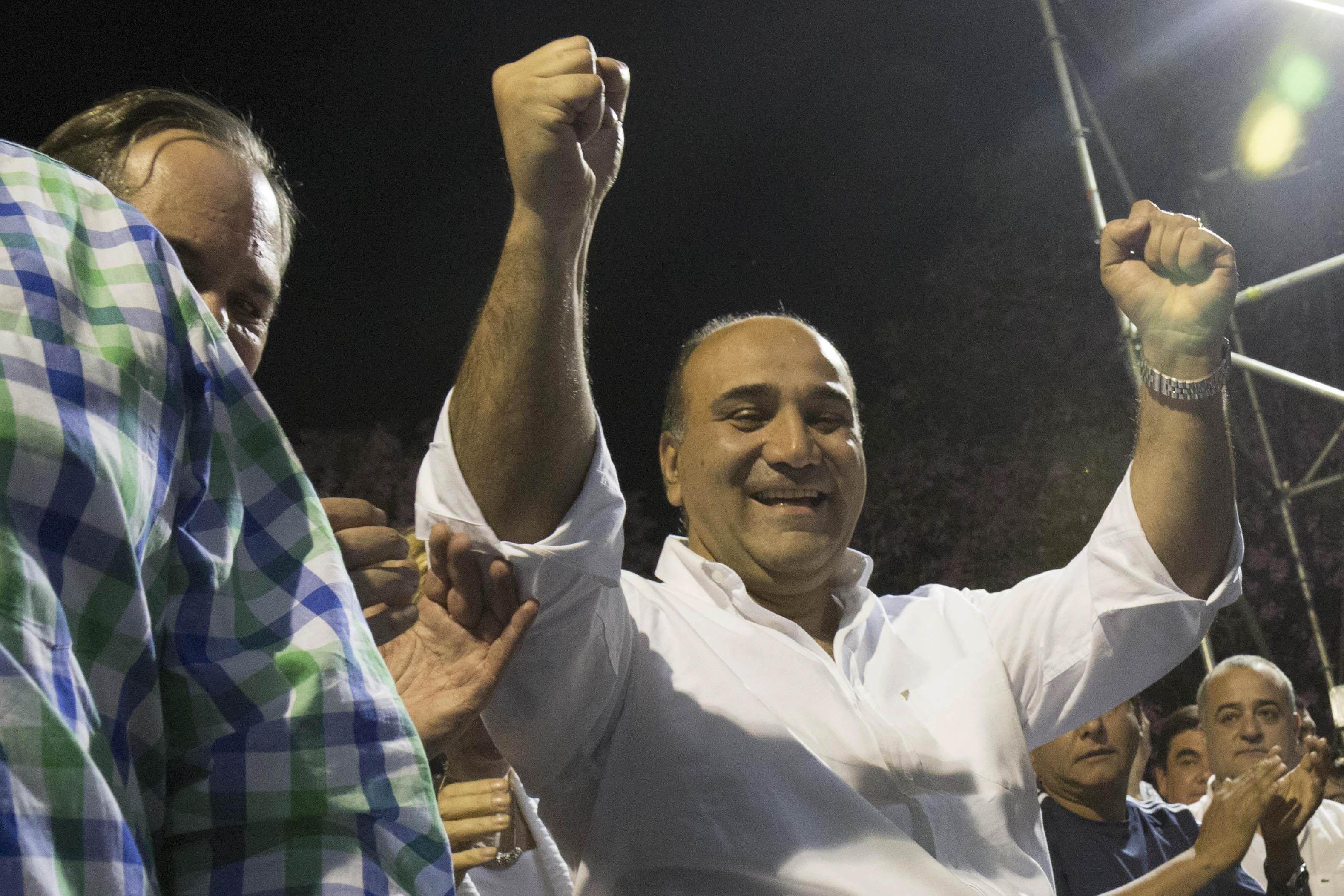 Festejo. Manzur encabezó la manifestación oficialista en la capital tucumana y le pedió a la oposición que acepte el veredicto de las urnas.