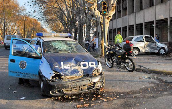 Locura. En la persecución un patrullero chocó con un auto en 3 de Febrero y Avellaneda