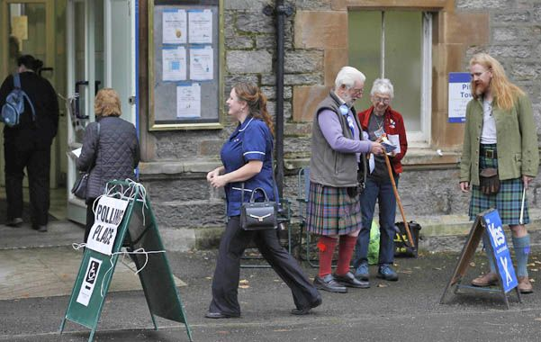 """Una sede electoral en la ciudad de Pitlochry. Los secesionistas exhiben sus """"kilts"""" o polleras."""