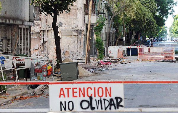 Ya fue retirada del lugar la enorme grúa que ayudó a la demolición de las torres siniestradas. (foto: Alfredo Celoria)