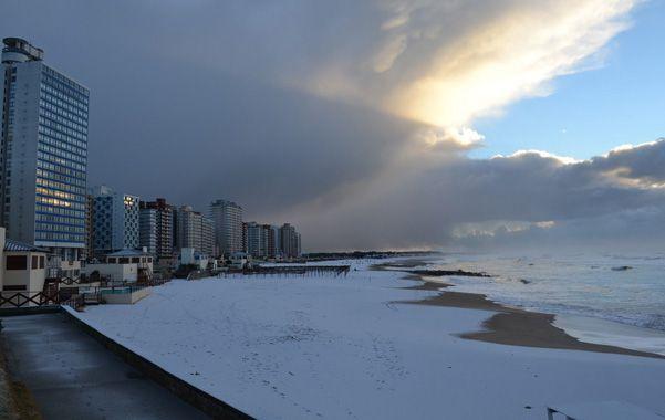 Playa blanca. La ciudad de Miramar recibió una granizada durante la madrugada y nieve entre las 6 y las 8 de ayer.