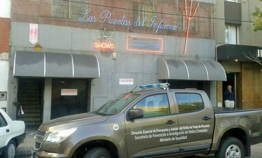 Una camioneta del Ministerio de Seguridad permanecía en la puerta del sexy bar poco después de la clausura.
