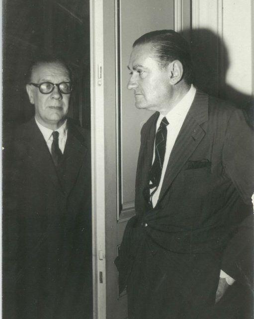 Otra foto (y magnífica) junto a Borges, a quien se lo observa con anteojos.