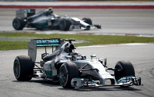 Entrando a la curva. El británico Lewis Hamilton durante el GP de Malasia.