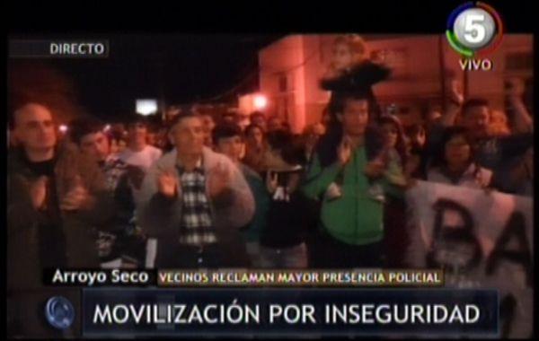 Vecinos en Arroyo Seco se movilizaron esta noche en reclamo de mayor seguridad