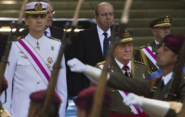 Despedida. El rey presidió su último desfile en el día de las fuerzas armadas. A su lado