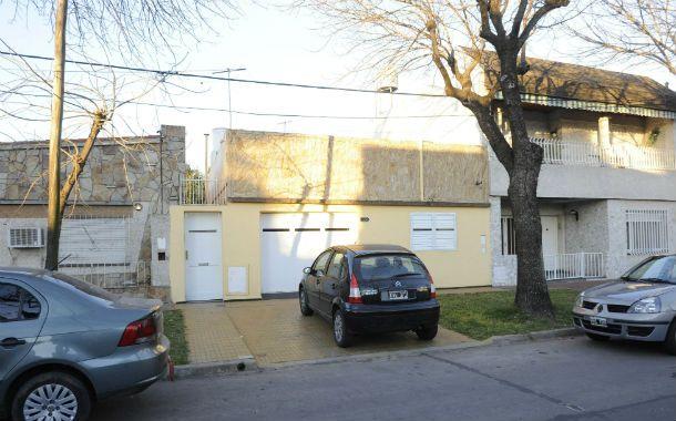 El Citroën C3 de los Ferroni quedó frente al garaje de la casa donde mataron a Araceli de Ferroni.