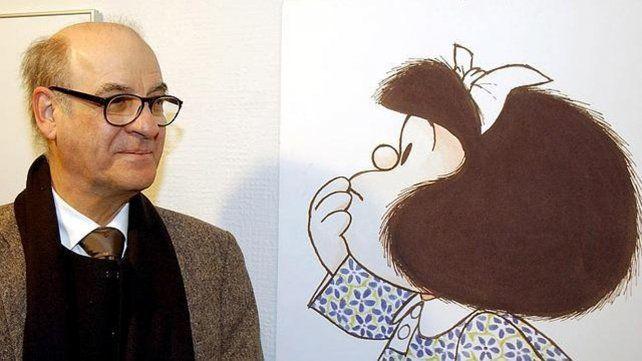 Quino junto a su creación Mafalda. Gran tristeza por la muerte del artista.
