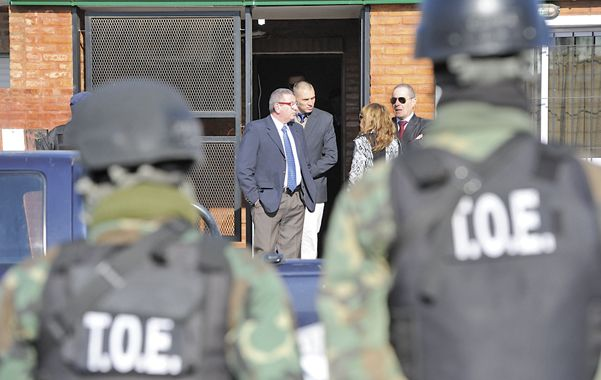 Autoridades. El juez Juan Carlos Vienna y el fiscal Guillermo Camporini salen de la casa de Monchi Cantero.