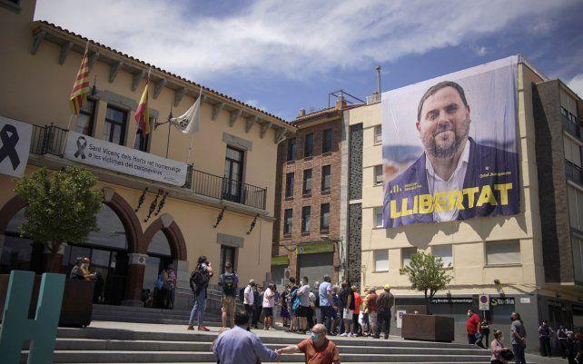 Simpatizantes y vecinos del ex vicepresidente del gobierno regional catalán Oriol Junqueras