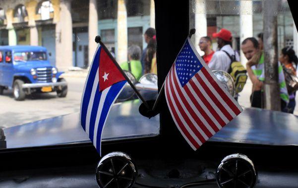 Las banderas de los dos países en un auto cubano que transitaba ayer por La Habana.