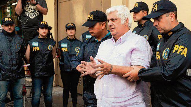 En Comodoro Py. El empresario llegó esposado al tribunal.