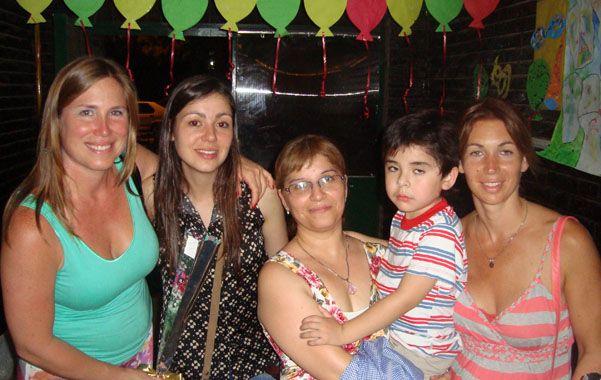 En la fiesta del Jardín. Joaquín junto a las acompañantes terapéuticas.