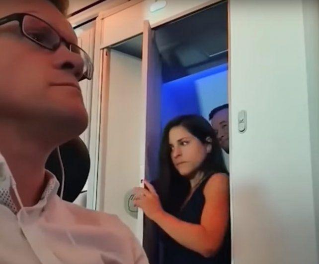 Un pasajero de avión expuso a una pareja que cumplió con una fantasía popular