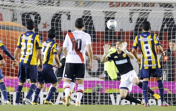 Vuelo estéril. Mauricio Caranta se arroja hacia su derecha pero el cabezazo del pibe Andrada tiene destino de gol.  (Foto: G. de los Ríos)