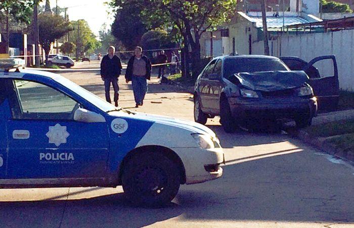 En la esquina de España y Agüero embistió a tres personas que se desplazaban en moto y las arrastró unos cuarenta metros. (foto: Santiago Cordoba)