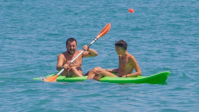Campaña playera. Salvini rema en un kayak luego de hacer un acto en un centro balneario.