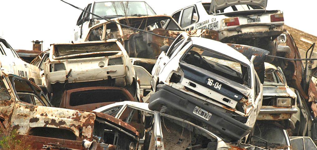Miles de vehículos ya forman una montaña en el depósito judicial