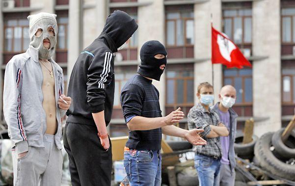Minoría activa. Los separatistas que ocupan la sede de gobierno en la ciudad oriental de Donetsk.