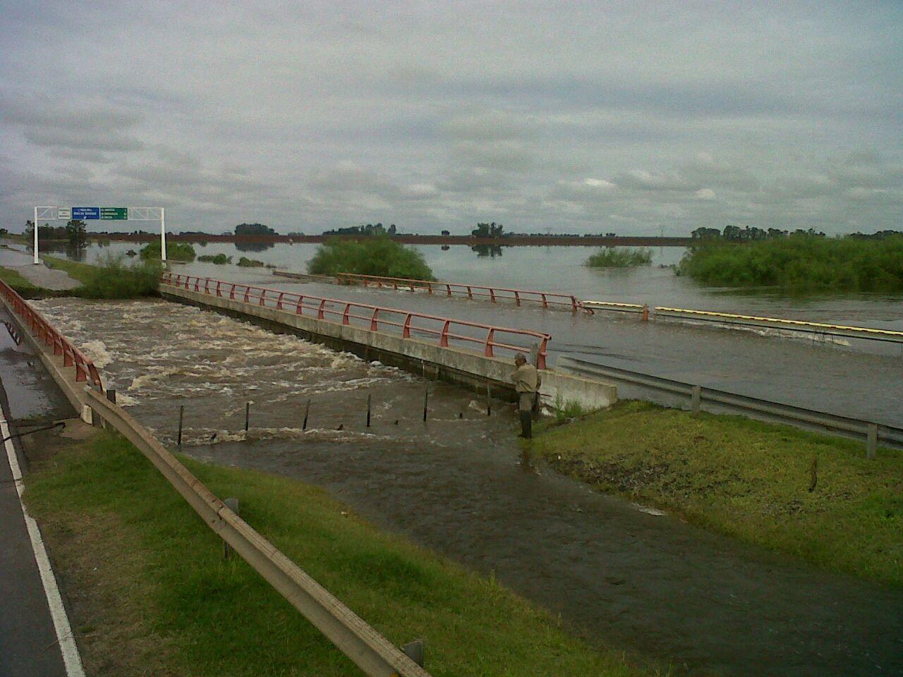 La autopista Rosario-Santa Fe permance cortada por el desborde del arroyo Colastiné.