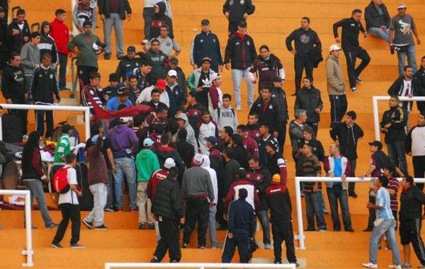 El enfrentamiento se produjo en la misma tribuna entre hinchas y efectivos de la Policía.