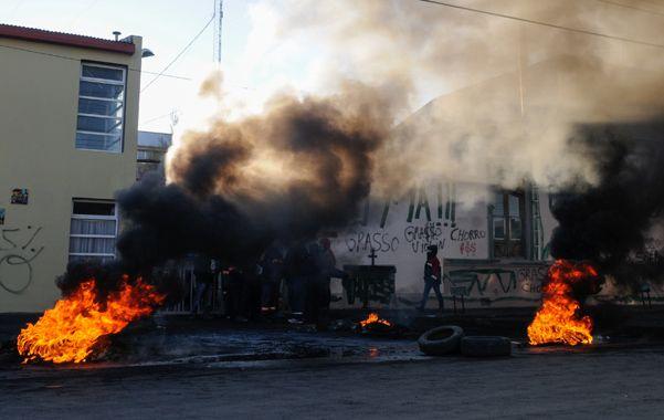 Bronca. Los municipales rechazaron una propuesta y quemaron cubiertas.