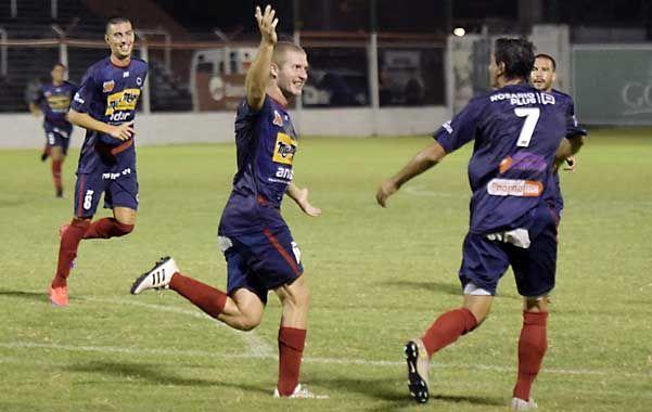 Los delanteros. De León y Sánchez buscarán repetir sus goles en el Gabino.