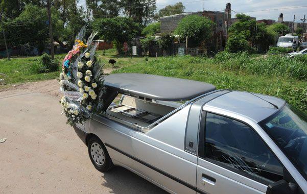 Un coche fúnebre traslada a Nicolás López de Saladillo al cementerio. Lo hirieron el 6 de octubre. (Foto: S.Meccia)