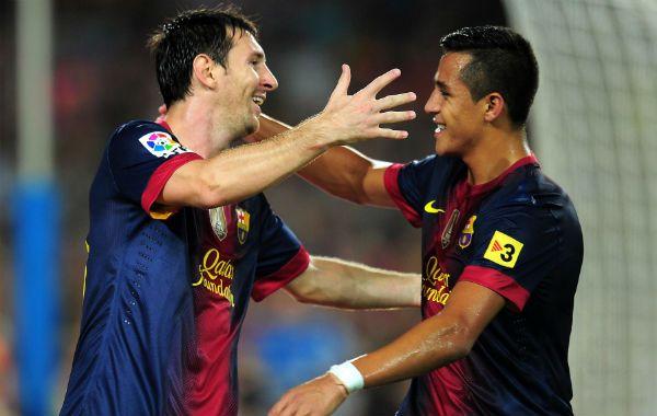 El rosarino (izquierda) se abraza con el chileno Alexis Sánchez tras el gol.