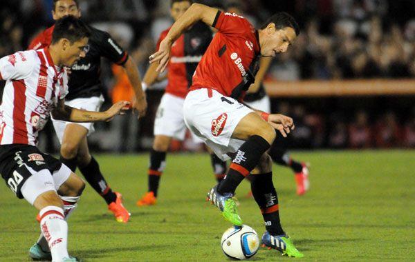Maxi Rodríguez había cabeceado al gol pero Cardozo la sacó con la mano. El árbitro no sancionó nada.