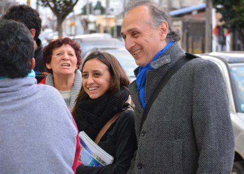 dialogando. El dirigente peronista continúa caminando por los barrios.