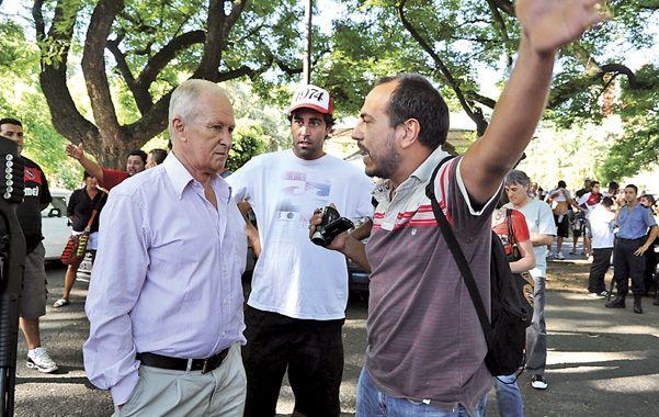Todo oídos. Lamberto escucha los reclamos del vocal rojinegro Lucio Acuña. Atrás observa el vocal Omar Isern.