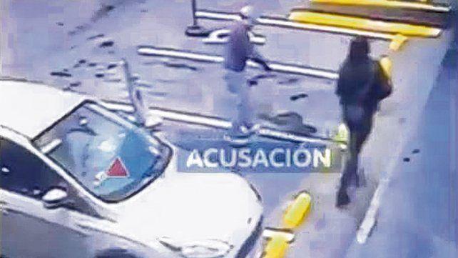 Valdés bajó ensangrentado del auto en una estación de servicio tras ser baleado. A su lado camina González.