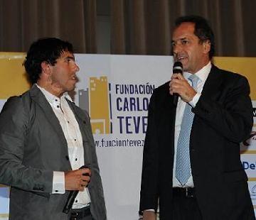 Carlos Tevez presentó su fundación acompañado de Daniel Scioli