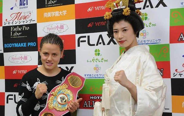 Frente a Frente. La Bonita Bermúdez posa con el cinturón mundial supergallo OMB junto a la japonesa Takano.