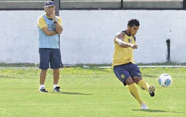 Marca a presión. El técnico Miguel Russo sigue de cerca los movimientos de Rafael Delgado en un entrenamiento. El defensor está en un buen nivel.