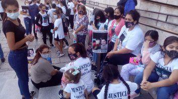 Amigos y familiares de Valentino y David Pizorno, fallecidos en el siniestro vial, se concentraron ayer frente a Tribunales mientras se desarrollaba la junta médica