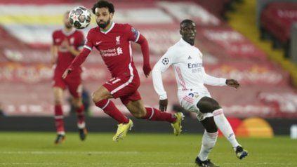 Mohamed Salah se lleva el balón ante Ferland Mendy.