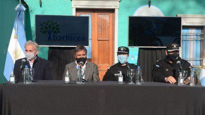 El subsecretario de Prevención y Control Urbano, Emilio Mongia y el 2° Jefe de la Unidad Regional II, Natalio Marciani, junto a personal de la subcomisaría Nº 17.