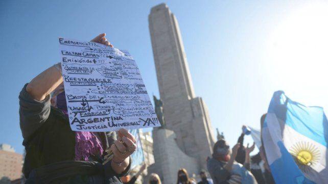 Los opositores también se hicieron sentir el lunes en el Monumento a la Bandera.