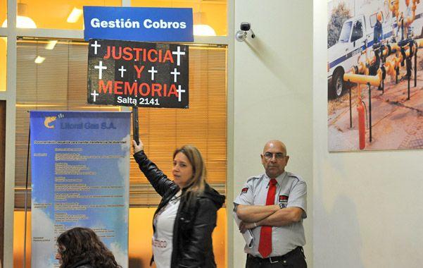 Los familiares de las fallecidos protestaron en la concesionaria.