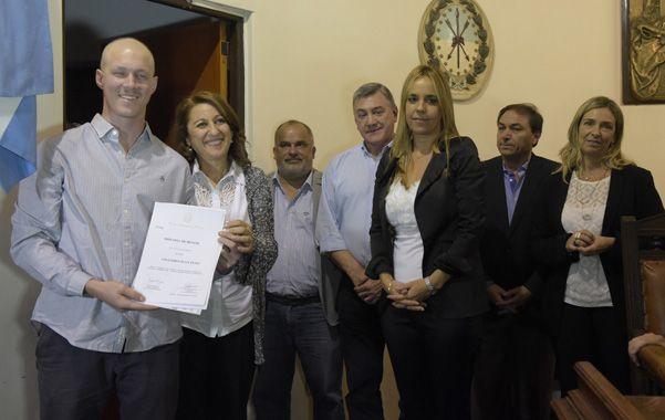 Homenaje. El rugbier mostró orgulloso su diploma y se fotografió con Fein. (Sebastián Suárez Meccia / La Capital)