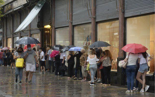 Falabella anunció el cierre de su local en Rosario y la gente se llegó a la esquina céntrica con la esperanza de conseguir buenas ofertas de liquidación. Ni la copiosa lluvia detuvo a los rosarinos en su preciada búsqueda.