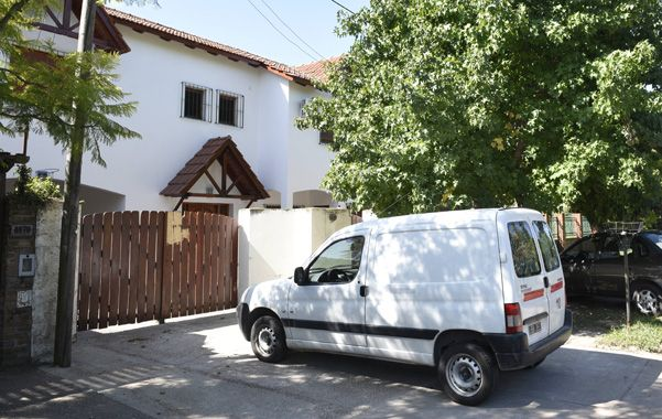 El portón de acceso a la casa por donde habrían saltado los ladrones. (Héctor Rio / La Capital)