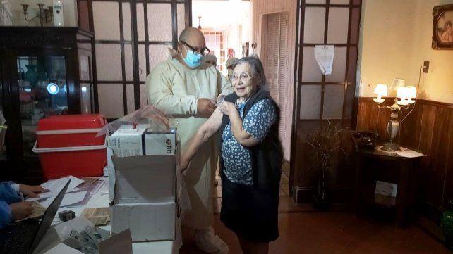 Los abuelos mostraron satisfacción y esperanza al ser inoculados contra el coronavirus.