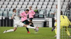 Lionel Messi remata ante el cierre de Leonardo Bonucci.