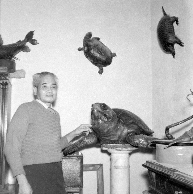 Miyamoto con animales embalsamados en su casa de la calle Riobamba. (Colección Chiavazza. Archivo de Fotografía de la Escuela Superior de Museología).