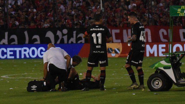Fuera de acción. Mauro Formica es atendido por el médico Juan Pablo Gonzalo. El volante se retiró por un dolor en el pubis.